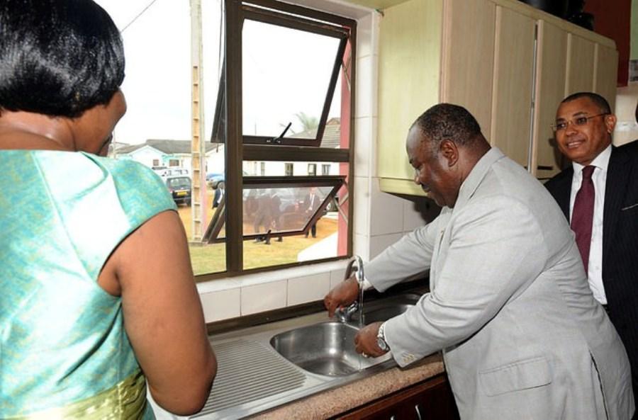 Gabon: Ali Bongo envoûterait les Gabonais par l'eau du robinet