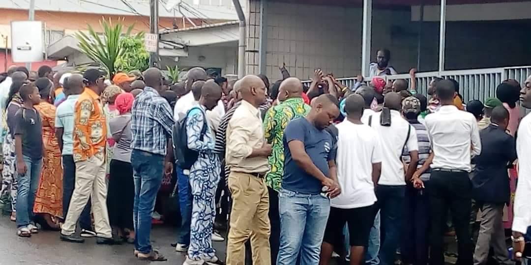 Gabon : les fonctionnaires bravent le coronavirus devant les banques